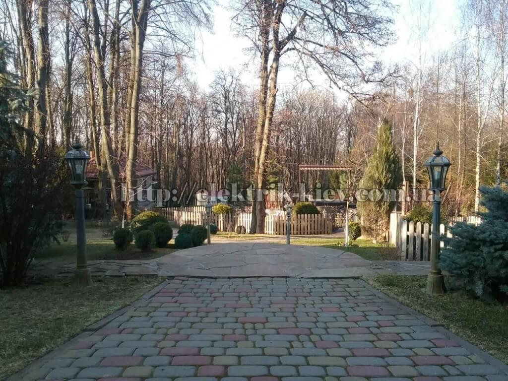 Парковая дорожка с фонарными столбами