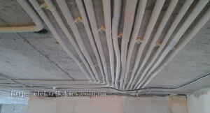 провода, уложенные по потолку